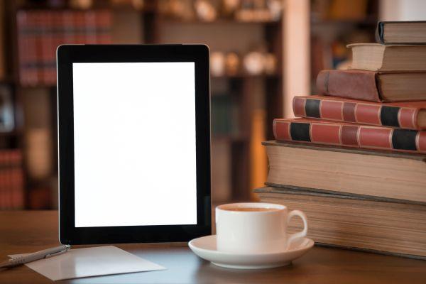 eBook Lesegerät mit Kaffee und Büchern