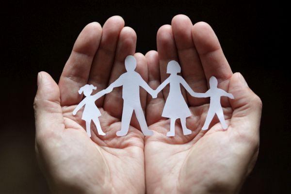 Schärenschnitt-Familie in Händen
