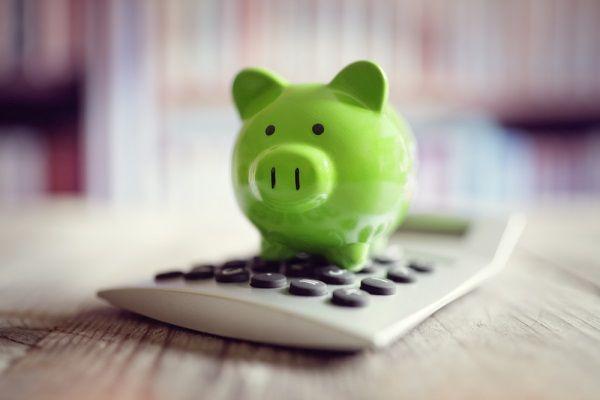 Sparschwein auf einem Taschenrechner