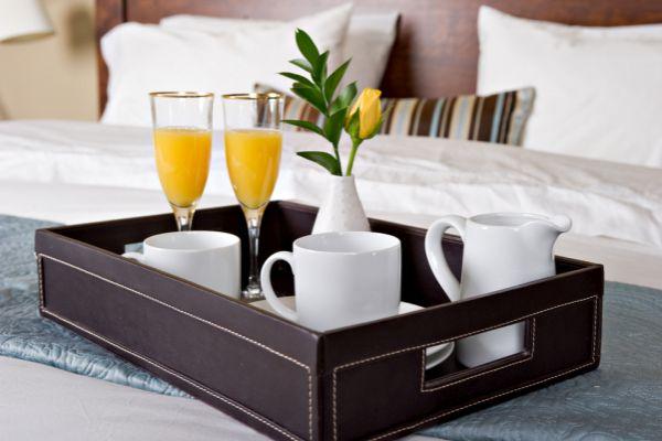 Frühstück auf einem Bett im Hotelzimmer