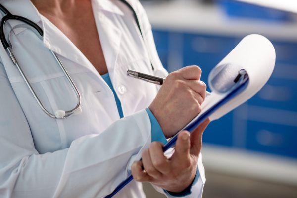 Arzt am Schreiben in der Patientenakte