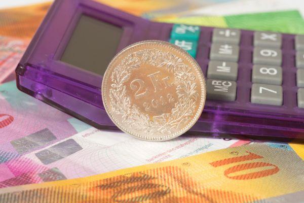 Taschenrechner liegend auf Geld
