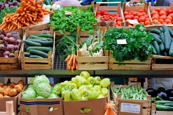 Gemüse- und Früchteauslage an einem Markt