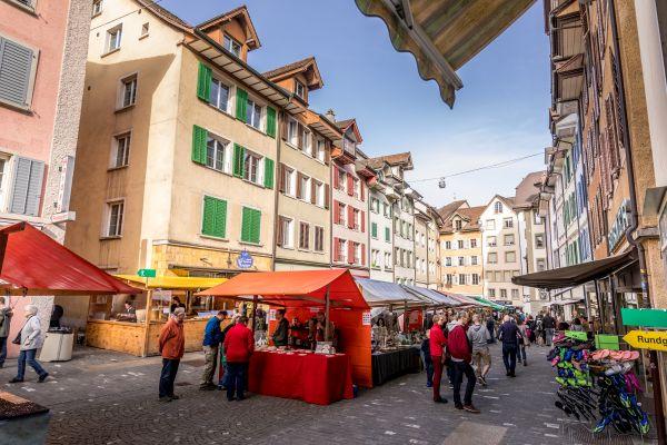 Markt in der Altstadt von Bremgarten