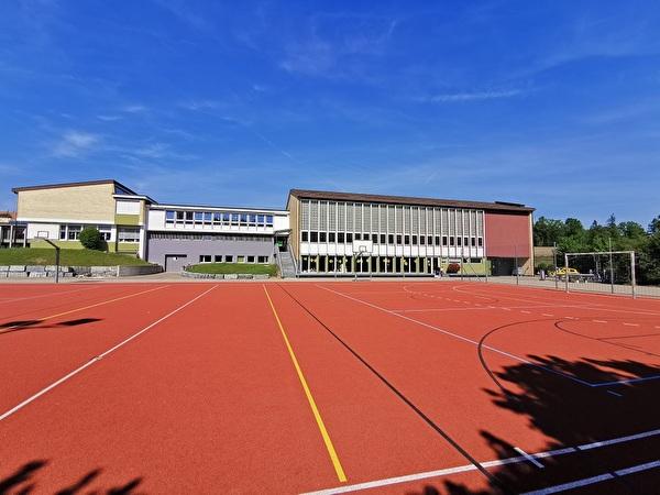 Hartplatz vor dem Schulhaus