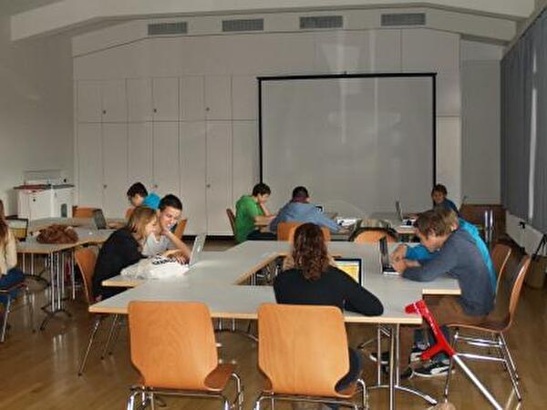 Jugendliche vor Computern