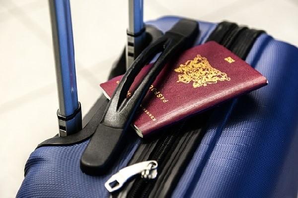 Koffer und Pass