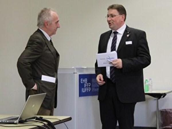Gemeindepräsident Daniel Bichsel und Dr. Ludwig Hasler