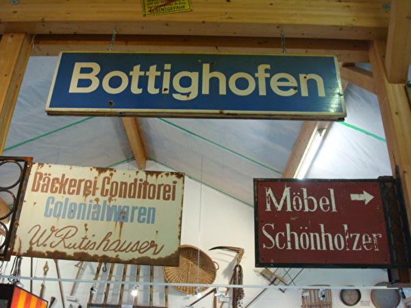 die alte Ortstafel am Bahnhof Bottighofen
