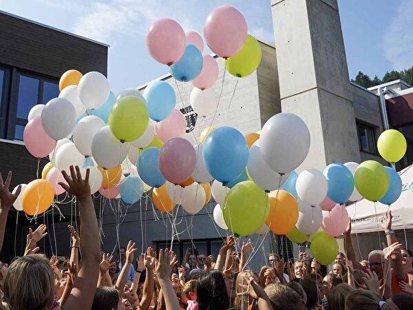Die Ballone fliegen!