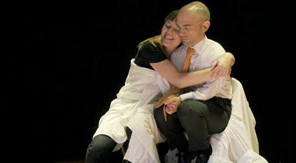 Im Mai 2018 auf der Zwischenbühne: Markus Hofmann als Benno und Fabienne Trüssel –in 27 verschiedenen Rollen – in «Was das Leben holt».