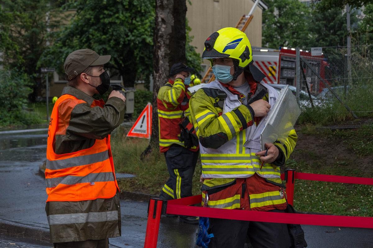 Ein Horwer Feuerwehrmann und ein Vertreter des Betreuungs-Kaders der ZSOpilatus.