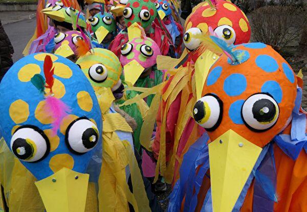 Bunter Haufen: Auch schräge Vögel sind an der Münchensteiner Kinderfasnacht jeweils anzutreffen