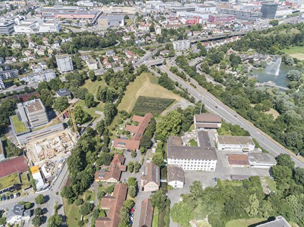 Der Dychrain befindet sich in unmittelbarer Nähe zum Gymnasium und zum Park im Grünen.
