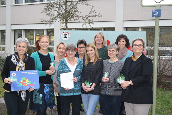 Die IG Spielgruppen Münchenstein ist gegründet: Mit den Vertreterinnen der fünf beteiligten Spielgruppen freuen sich Gemeinderätin Jeanne Locher (links), Vivian König, Leiterin Fachstelle Frühe Kindheit (2. von links) und Kristine Sprysl, Leiterin Soziale Dienste (rechts).