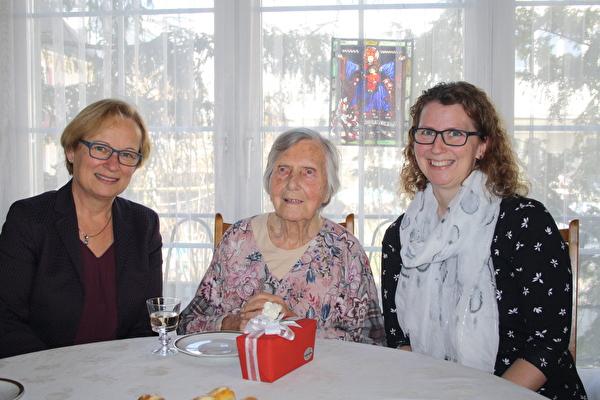 Geburtstagskind Klara Zimmermann, flankiert von Gemeinderätin Heidi Frei (links) und Enkelin Stefanie De Giorgi
