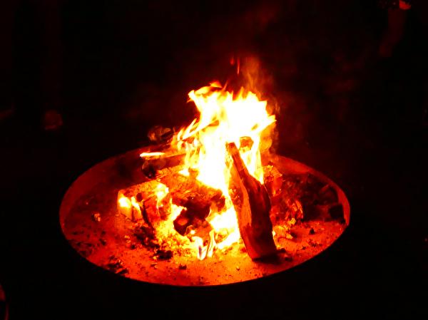 Feuerschale auf dem Dorfplatz
