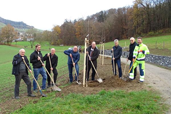 Baumpflanzaktion des Gemeinderats im Hinteren Schermen