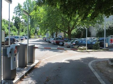 Eingang Parkplatz mit Schrankenanlage