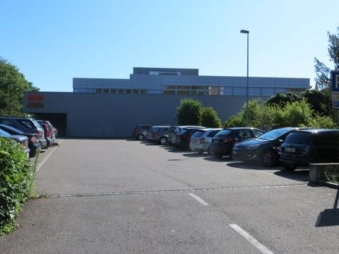 Parkplatzeinfahrt von Hermann Keller Strasse her