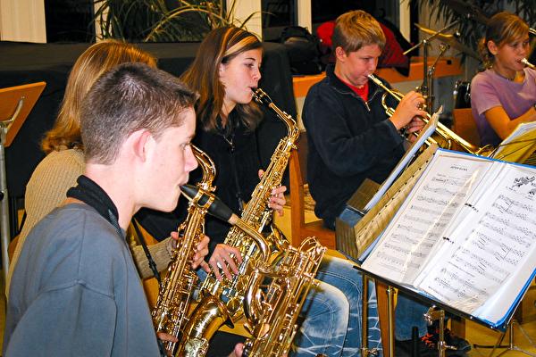 Kinder der Musikschule spielen Jazz
