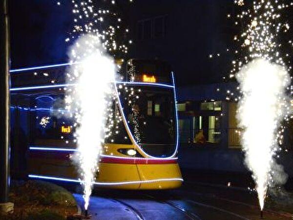 Trameinfahrt mit Feuerwerk