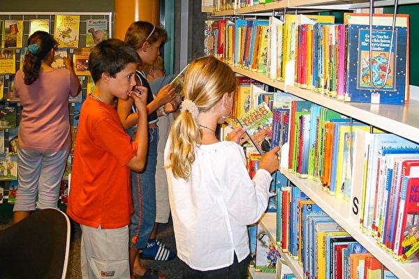 Kinder in der Schulbibliothek