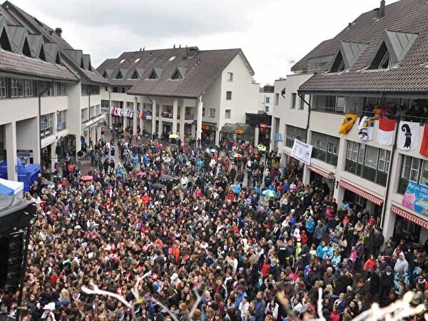 Fans auf Zentrumsplatz