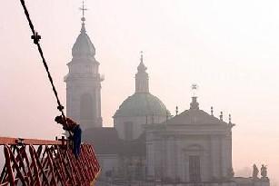 Ansicht eines Krans vor der St. Ursenkathedrale