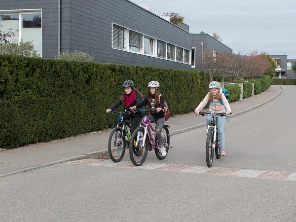 Schülerinnen und Schüler beim Velofahren