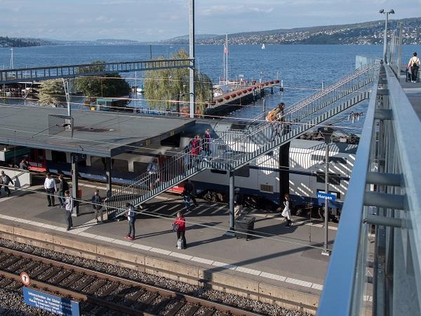Pendlerinnen und Pendler am Bahnhof Horgen See