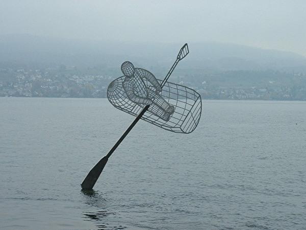 """Kunstwasserung der Skulptur """"Himmelsruderer"""" von Max Grüter"""