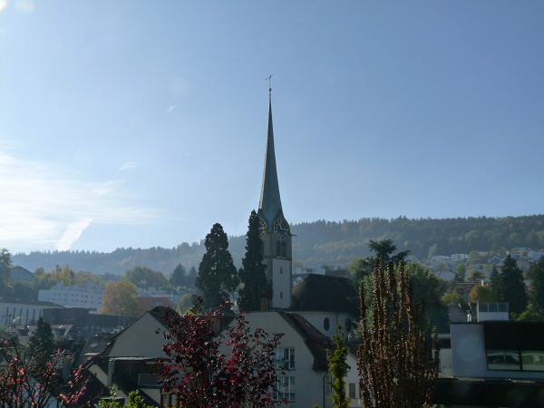 Reformierte Kirche Horgen mit hohem, markanten Turm und seinen grossen Uhren auf jeder Seite