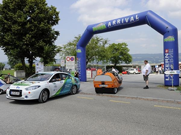 Rund 100 Elektromobile mit ganz unterschiedlichen Modellen wurden auf der Allmend in Horgen präsentiert