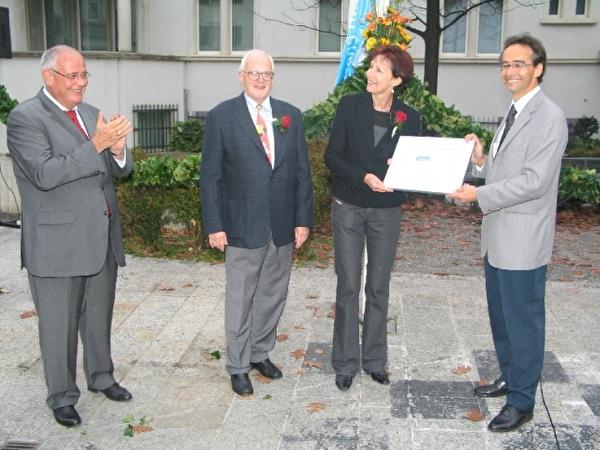 Markus Kägi, Walter Bosshard, Jacqueline Gübeli und Bruno Bébié bei der Übergabe des Zertifikates