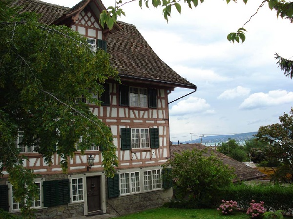 Wunderschönes, altes Fachwerkhaus mit geschwungenem Giebeldach