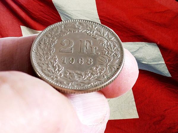 Zweifränkler auf Schweizerfahne