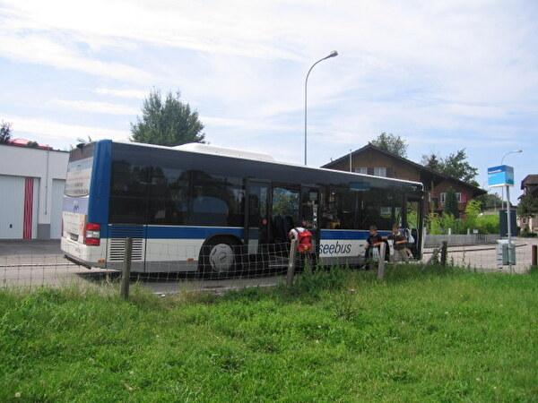 Seebus an der Haltestelle Sonnenhaldenstrasse