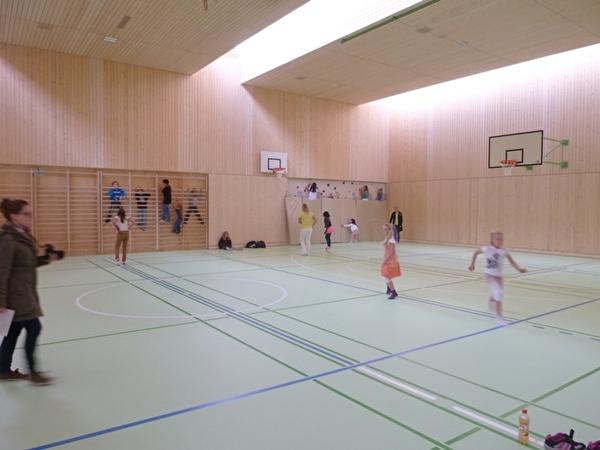 Kinder spielen in der neuen Turnhalle Ost