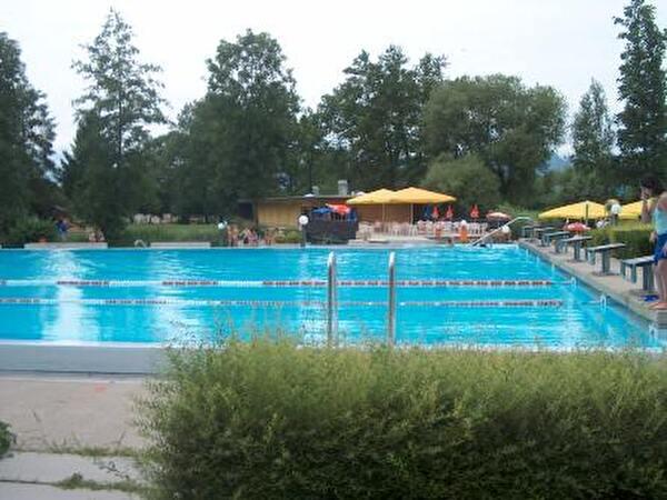 Schwimmbecken und Restaurant