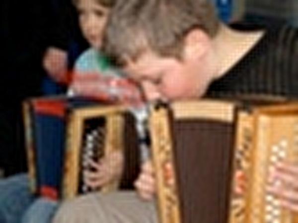 Kinder am musizieren