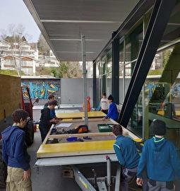 Schüler am Wagenbauen
