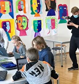 Schülerinnen und Schüler beim Lernen