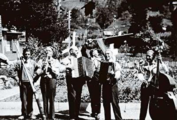 ost Ribary (mit der Klarinette, 2. v. l.) mit seiner Ländlerkapelle im Garten des Hotels Seefeld in Unterägeri