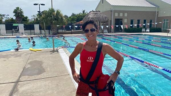 Karin Gsell am Schwimmbecken