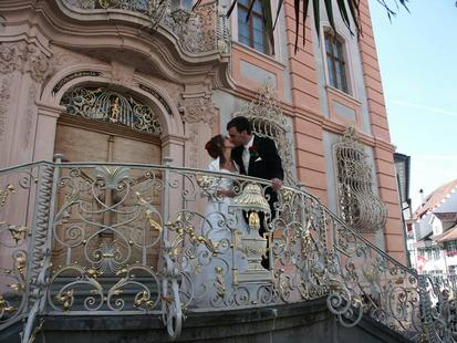 Brautpaar vor dem Rathaus