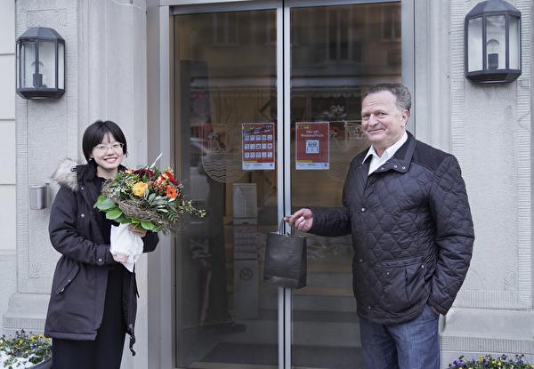 Gemeindepräsident Josef Ribary heisst Frau Wang, die 9000ste Einwohnerin in Unterägeri herzlich willkommen.