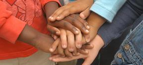 Verschiedendenfarbige Hände