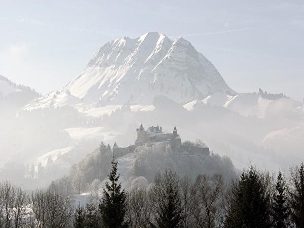 La ville de Gruyères dans son cadre montagneux