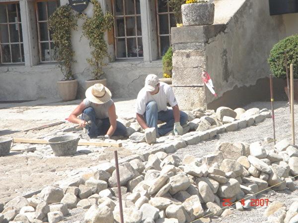 travaux de pavage par les artisants